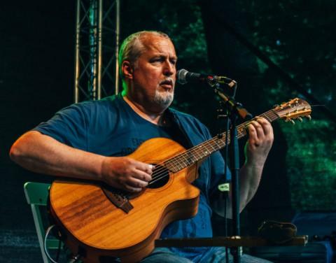 Peter Reimer mit seiner Cole Clark Gitarre