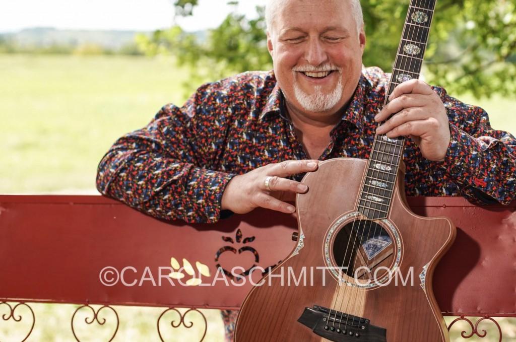 """Peter Reimer, der """"Mann auf der Bank"""" mit seiner wunderschönen Gitarre"""